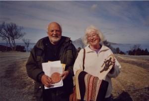 Knut Hoff Bodö och Mariann Hedman Sollefteå utbyter gåvor.