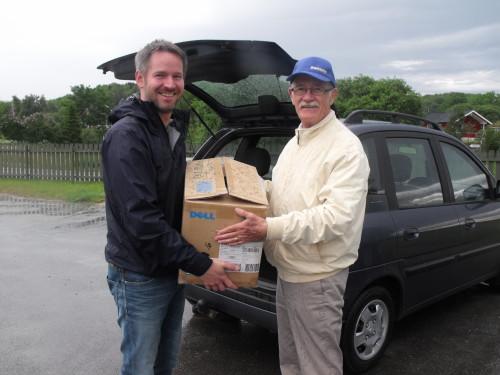 Bengt överlämnar gåva i Norge